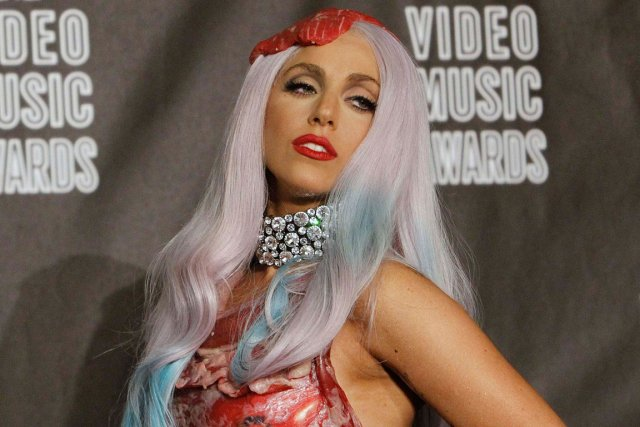 Lady Gaga dans sa robe fabriquée avec de... (PHOTO MARIO ANZUONI, REUTERS)