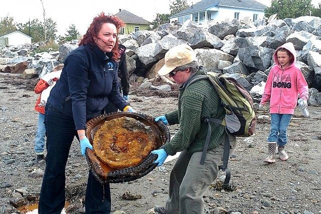 Lyne Morissette et Carole Landry transportent une vieille... (Photo collaboration spéciale Carl Thériault)