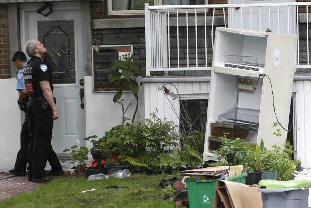 Deux déménageurs récupéraient le vieux frigo d'un locataire... (Photo : Patrick Sanfaçon, La Presse)