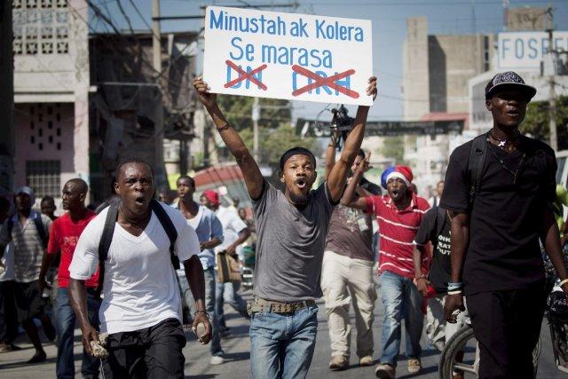 Des manifestants réclament le départ des Casques bleus... (PHOTO EMILIO MORENATTI, ARCHIVES AP)