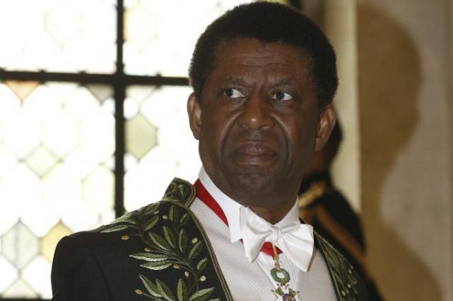 Dany Laferrière porte son habit d'académicien.... (Photo: AFP)