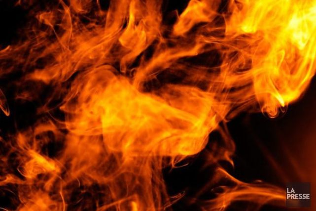 Un violent incendie a ravagé deux triplex tôt dimanche matin à Saint-Pie, près... (Photo d'archives)