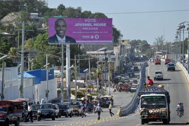 Affiche électorale en bordure d'une route de Port-au-Prince,... (Photo HECTOR RETAMAL, AFP)