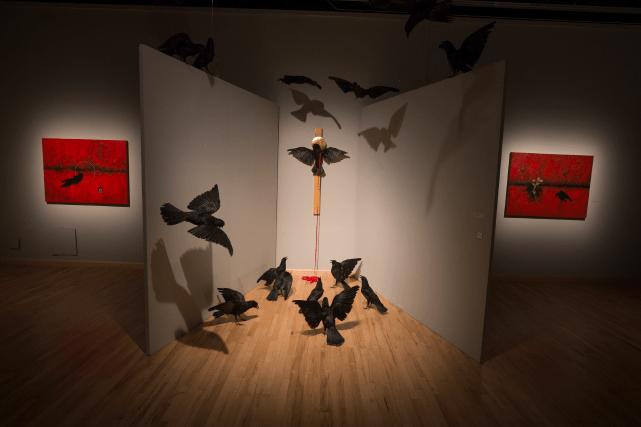 Kakekew, le messager, 2014, installation d'Eruoma Awashish. Corneilles, croix de bois, ruban, dimensions variables.