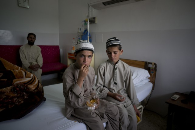 Abdul Rasheed, 9 ans, et son frère Shoaib... (PHOTO B.K. BANGASH, ASSOCIATED PRESS)