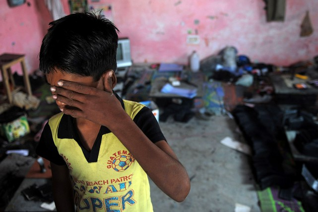 Cet enfant exploité a été sauvé lors d'un... (PHOTO MANAN VATSYAYANA, ARCHIVES AFP)