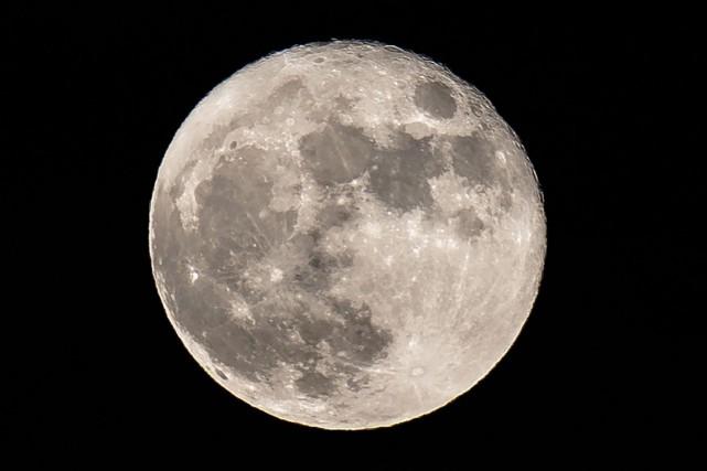 Les futurs explorateurs pourront-ils se désaltérer avec de l'eau de lune ?... (PHOTO DANIEL LEAL-OLIVAS, ARCHIVES AGENCE FRANCE-PRESSE)