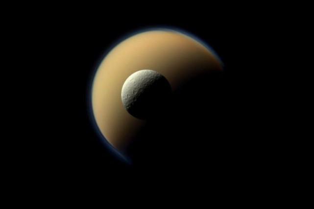 Cette image captée par la sonde Cassinimontre deux... (PHOTO FOURNIE PAR LA NASA)