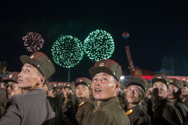 Des soldats nord-coréens assistent à une soirée de... (PHOTO AFP)