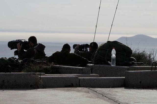 Des soldats israéliens observent les frappes à distance.... (PHOTO  JALAA MAREY, AFP)