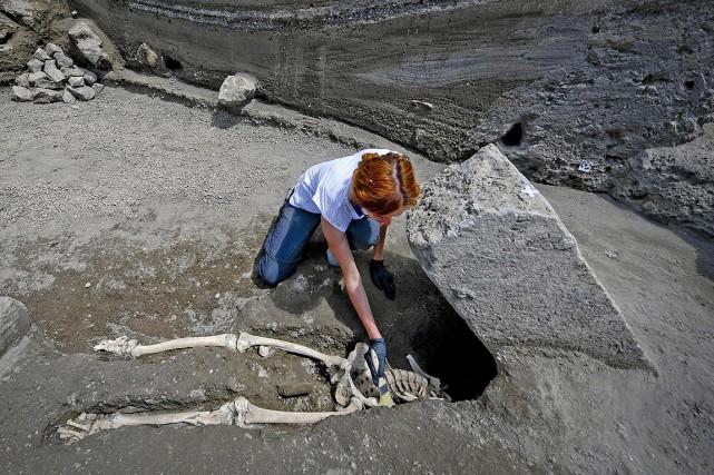 L'anthropologiste Valeria Amoretti nettoie le squelette découvert avec... (Ciro Fusco, ANSA via AP))