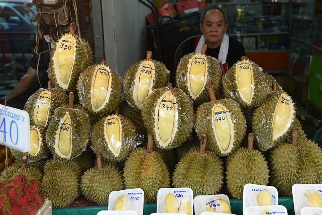 Un vendeur de durians, en Thaïlande.... (Romeo GACAD, AFP)
