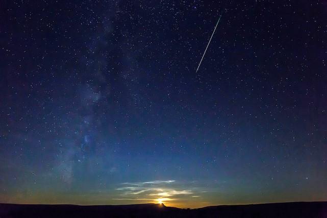 Sur cette photo, une vraie étoile filante, aperçue... (CESAR MANSO, AFP)