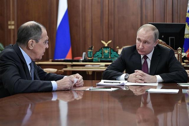 Le président Vladimir Poutine discute avec son ministre... (Photo ALEXEY NIKOLSKY, Agence France-Presse)