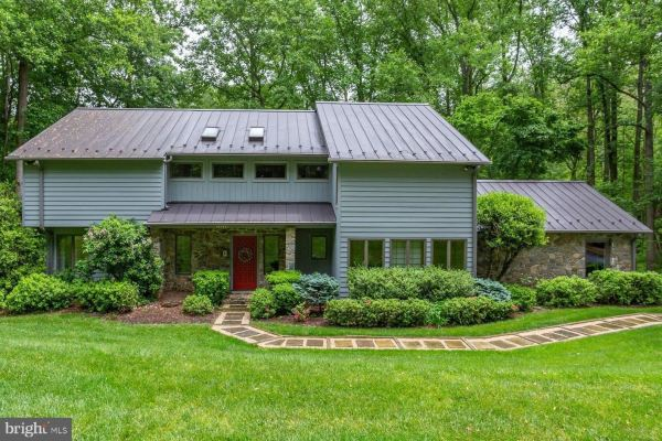 Photo of 10203 WALKER LAKE DR, GREAT FALLS, VA 22066 (MLS # VAFX1131138)
