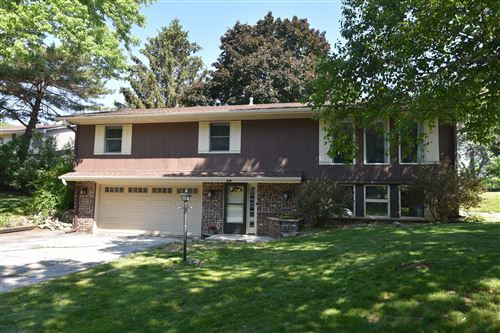 Photo of 518 Oxford Dr, Hartland, WI 53029 (MLS # 1745942)