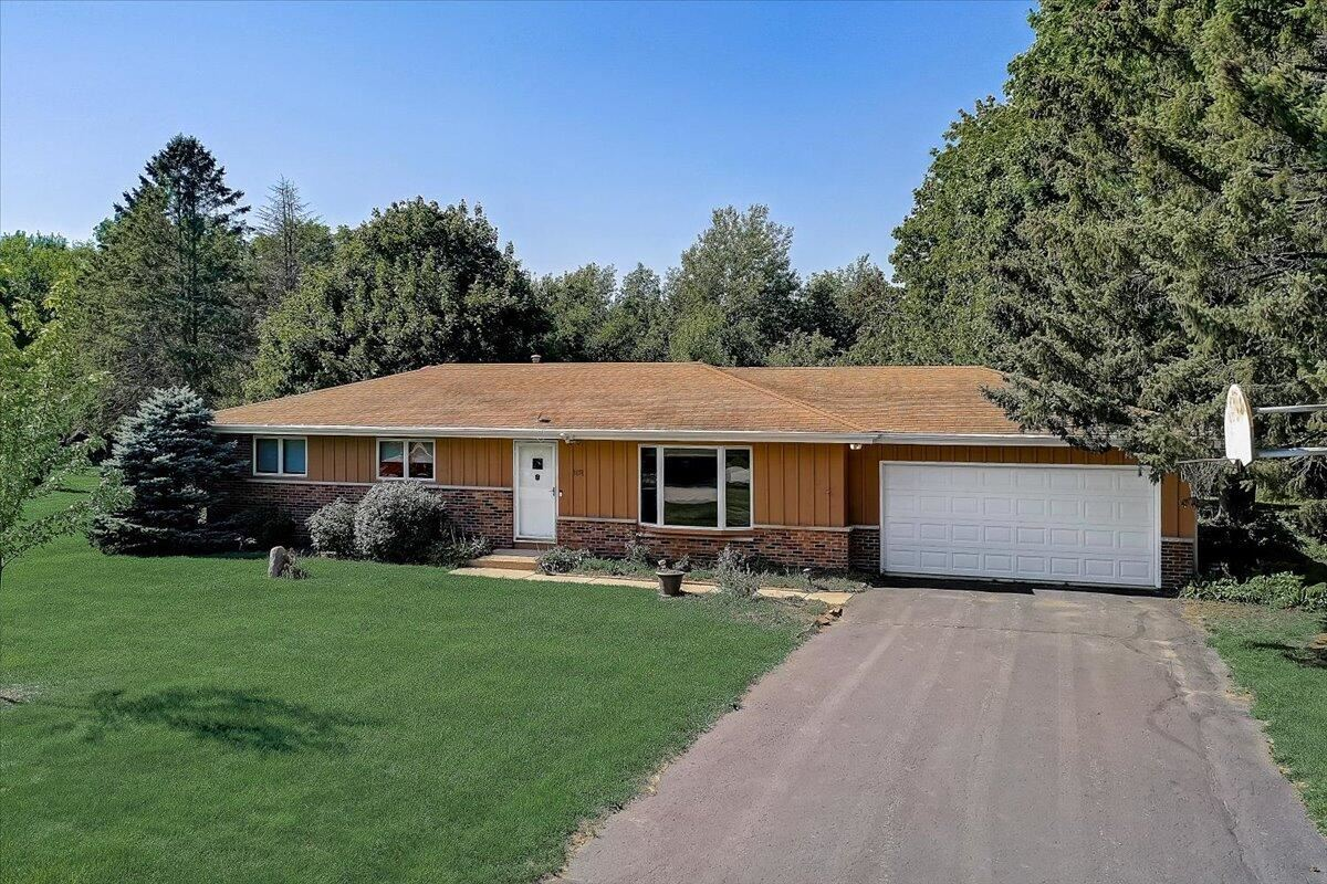 Photo for 1651 Hillcrest Dr, Delafield, WI 53018 (MLS # 1763981)