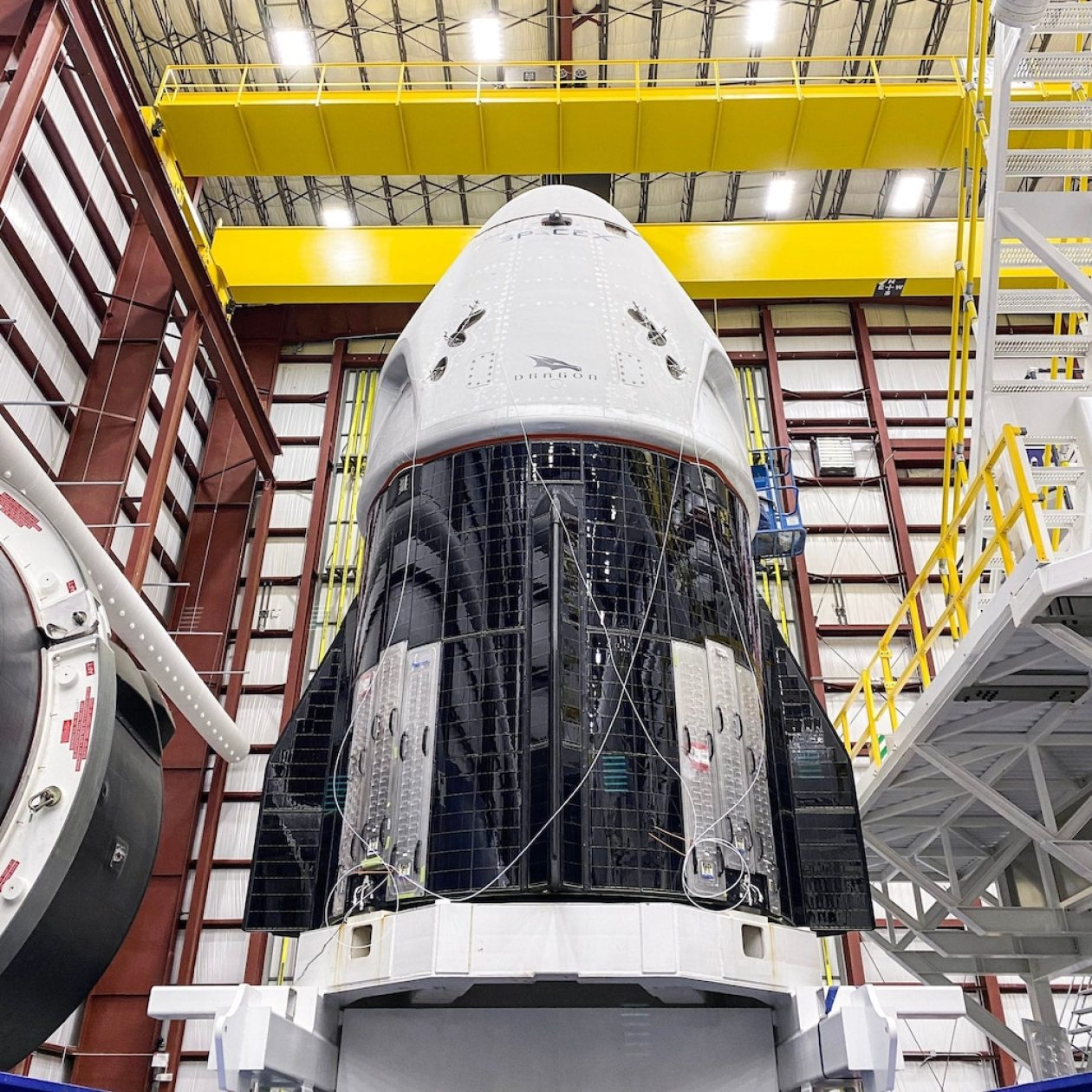 spacex crew dragon spaceship demo2 demo 2 hangar kennedy space center ksc EYgh5jHX0AU9m8V