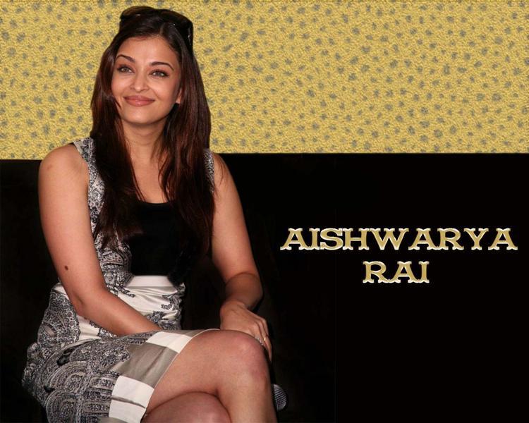 Aishwarya Rai Cute Smiling Face Look Wallpaper