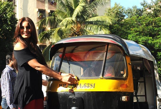 Bipasha Promote Raaz 3 By Tying Chillies and Lemons To Auto Rickshaw