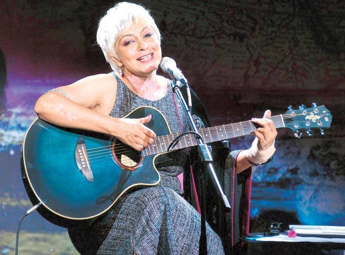 Geetu Hinduja Sings For The Guests At A Music Event