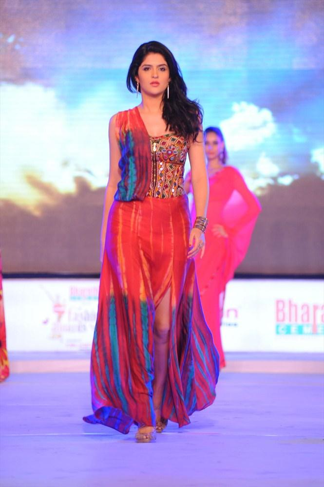 Sizzling Deeksha Seth Walks The Ramp At South Spin Fashion Awards 2012