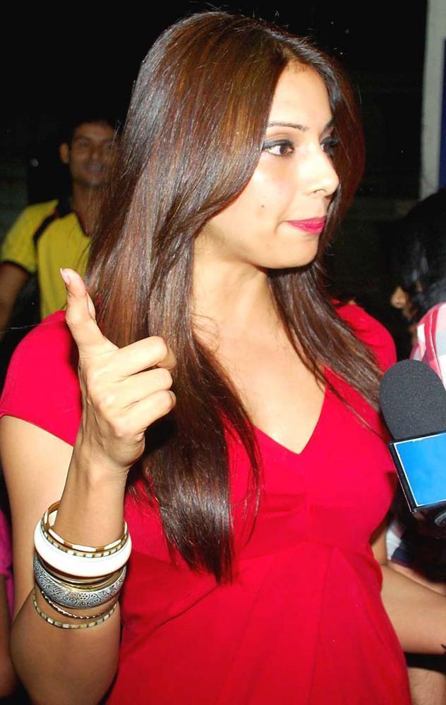 Bipasha Basu Snapped To Watch Her Latest Erotic Thriller Raaz 3 With Dino Morea