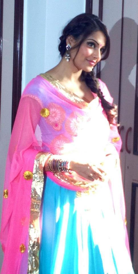 Bipasha Clicked Nice Pic When She Visit Siddhivinayak Temple In Mumbai