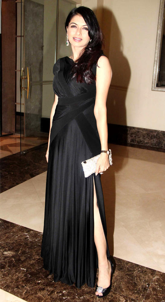 Bhagyashree In Black Gown Clicked A Pose At Anniversary Party Of Shashi And Anu Ranjan