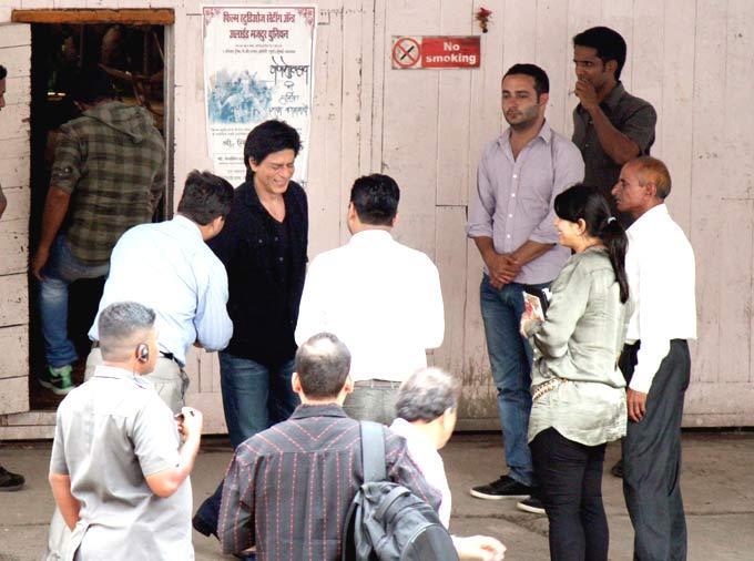 SRK Meet His Fans At Chennai Express Shooting Set
