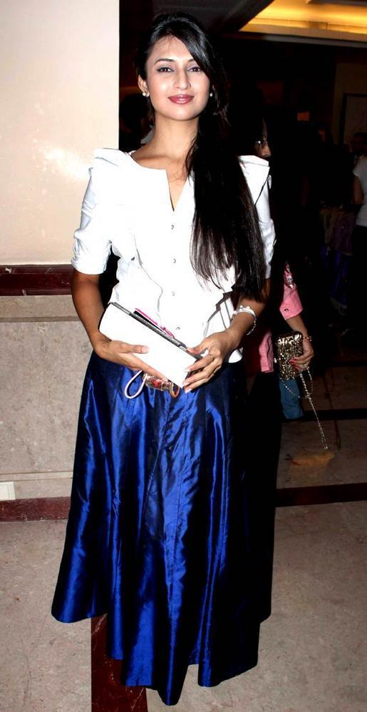 Divyanka Clicked For Pose At The Saas Bahu Aur Saazish Success Bash