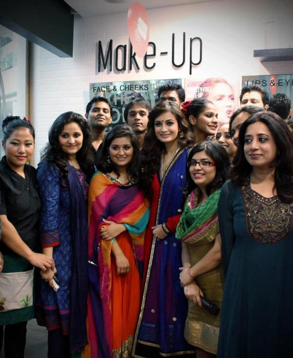 Dia Mirza Photo Clicked With The Team Of  The Body Shop