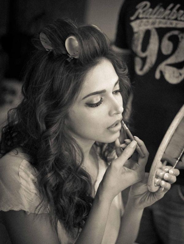 Deepika Padukone Use Lipstick On The Sets Of A Photo Shoot