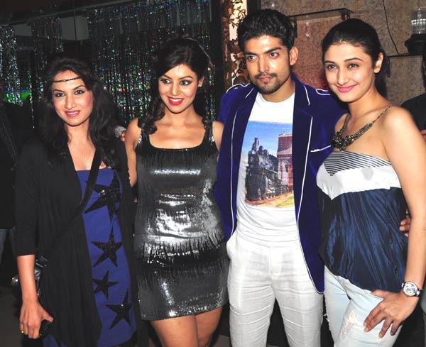 Gurmeet With Girl Gang Posed At Gurmeet Choudhary's Jhalak Success Bash