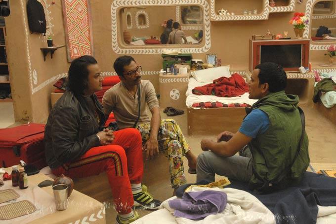 Dinesh,Santosh And Vrajesh Conversation Still From Bigg Boss 6 Village House