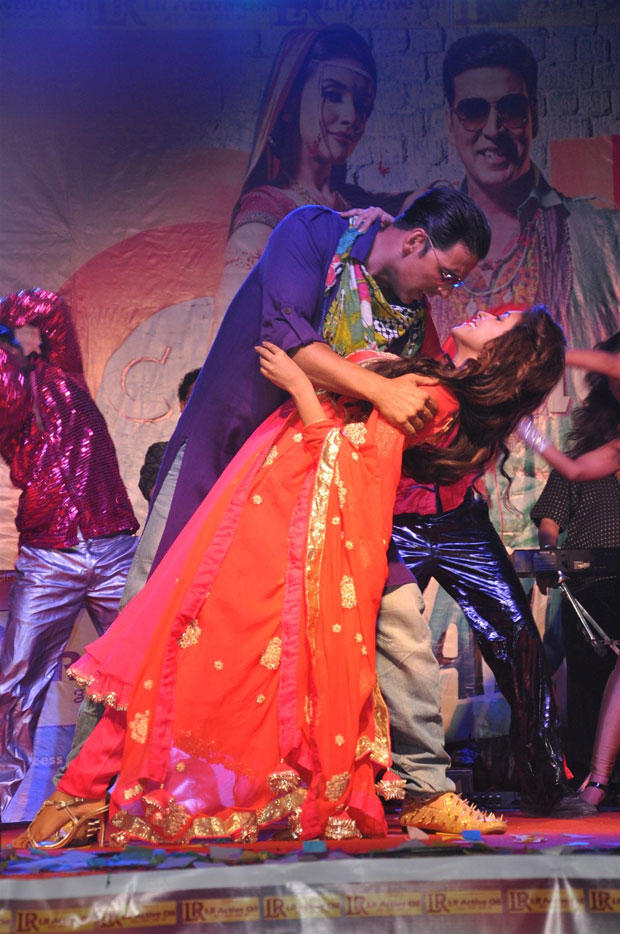 Akshay And Asin Dancing Photo Clicked At Mithibai College While Performing