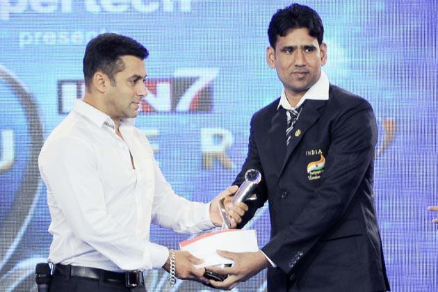 Salman Gave The Award At IBN 7 Super Idols Award Ceremony