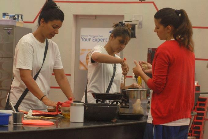 Mink,Urvashi And Karishma Snapped in Kitchen On Day 58 In Bigg Boss 6