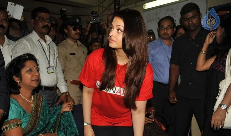 Aishwarya Rai Promote UNAIDS Day In A Hospital