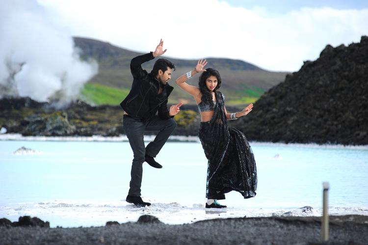 Ram Charan And Amala Dancing Scene From Nayak Movie