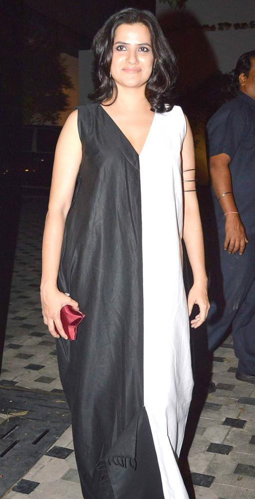 Sona Photo Clicked In A Black And White Gown At Imran Khans Housewarming Party