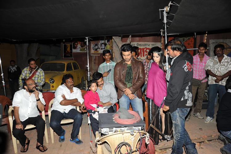 Vinayak,Chiranjeevi,Ram Charan And Charmi Photo Clicked During A Discussion At Naayak Movie Sets