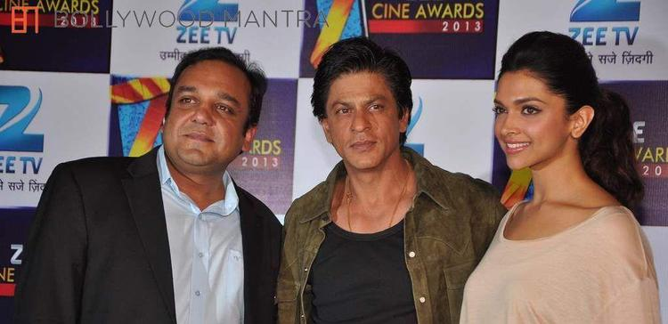 Shahrukh And Deepika Posed For Camera At Zee Cine Awards Press Conference