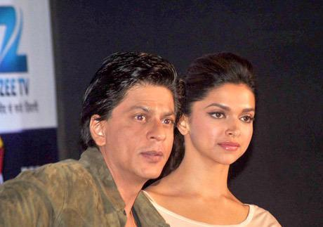 Shahrukh And Deepika Posed During The Press Conference Of Zee Cine Awards