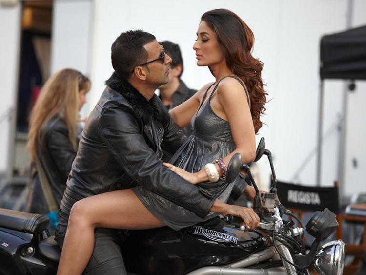 Kareena Kapoor Glamour Still with Akshay Kumar
