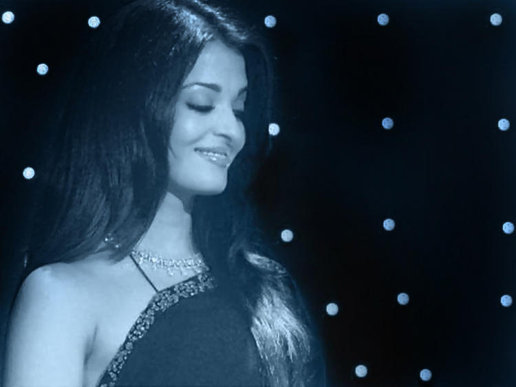 Beauty Queen Aishwarya Sizzling Wallpaper