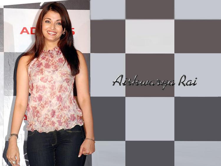 Smilling Beauty Aishwarya Rai Wallpaper