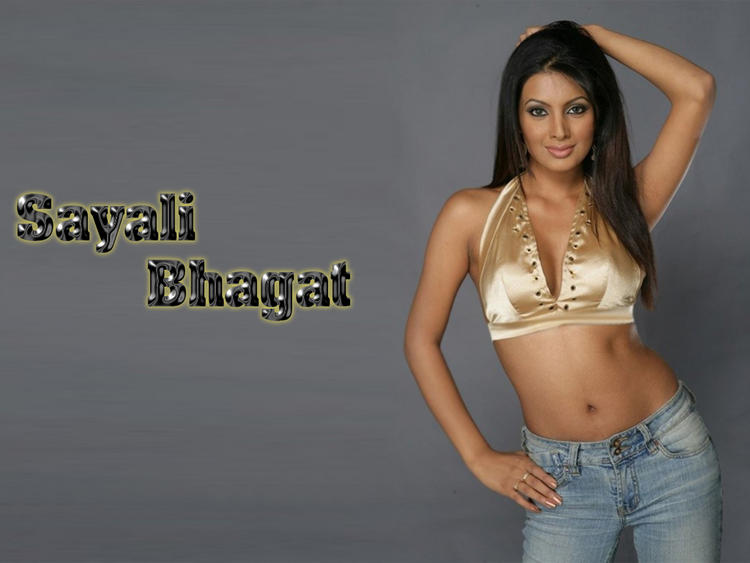 Geeta Basra Hot Navel Show Wallpaper