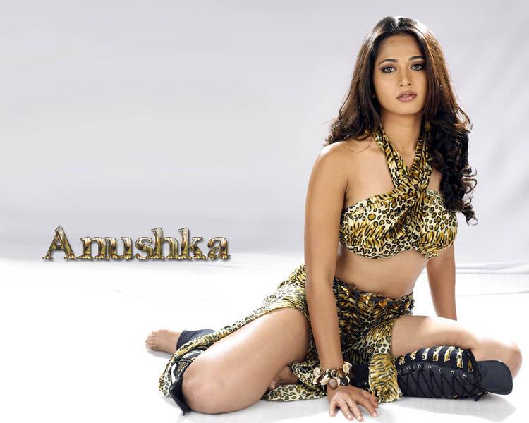 Anushka Shetty Spicy Look Wallpaper