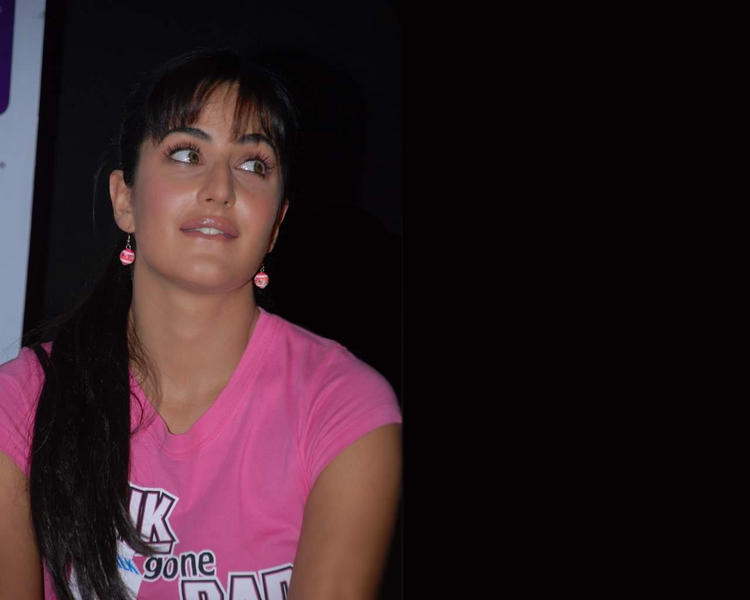 Katrina Kaif Cute Lips Pose Wallpaper